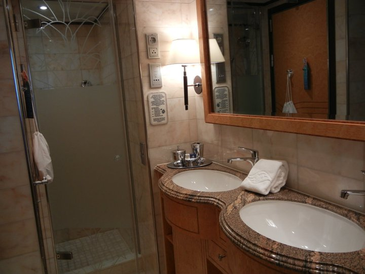 Disney Dream Roy Disney Suite bathroom