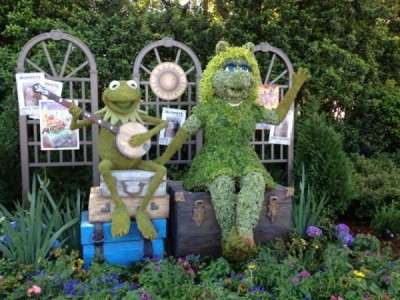 Kermit the Frog and Miss Piggy topiary