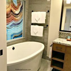 1-Bedroom Bathroom and Tub
